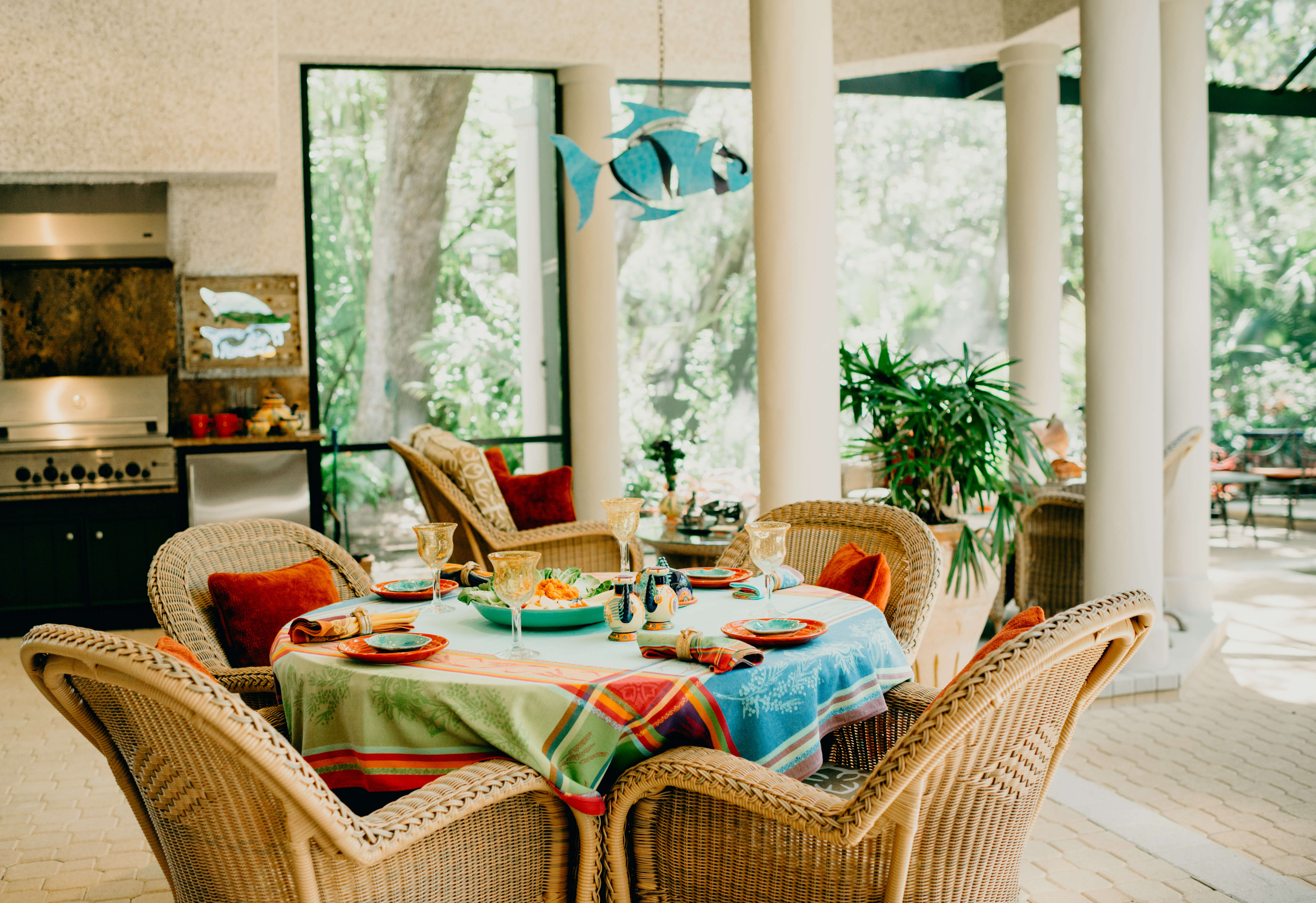 Becky Grimes table on the lanai photo by Page Tehan