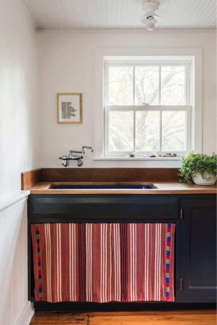 Striped skirt sink