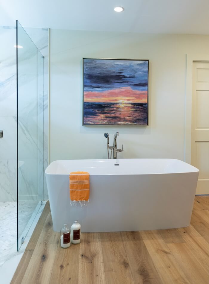 Soaking tub in main bath with Kathy Miller original Amelia Sunrise painting photo by Lynn Tennille